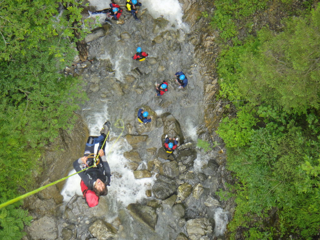 sortie-entreprise-incentive-canyoning-canyon-en-suisse-1